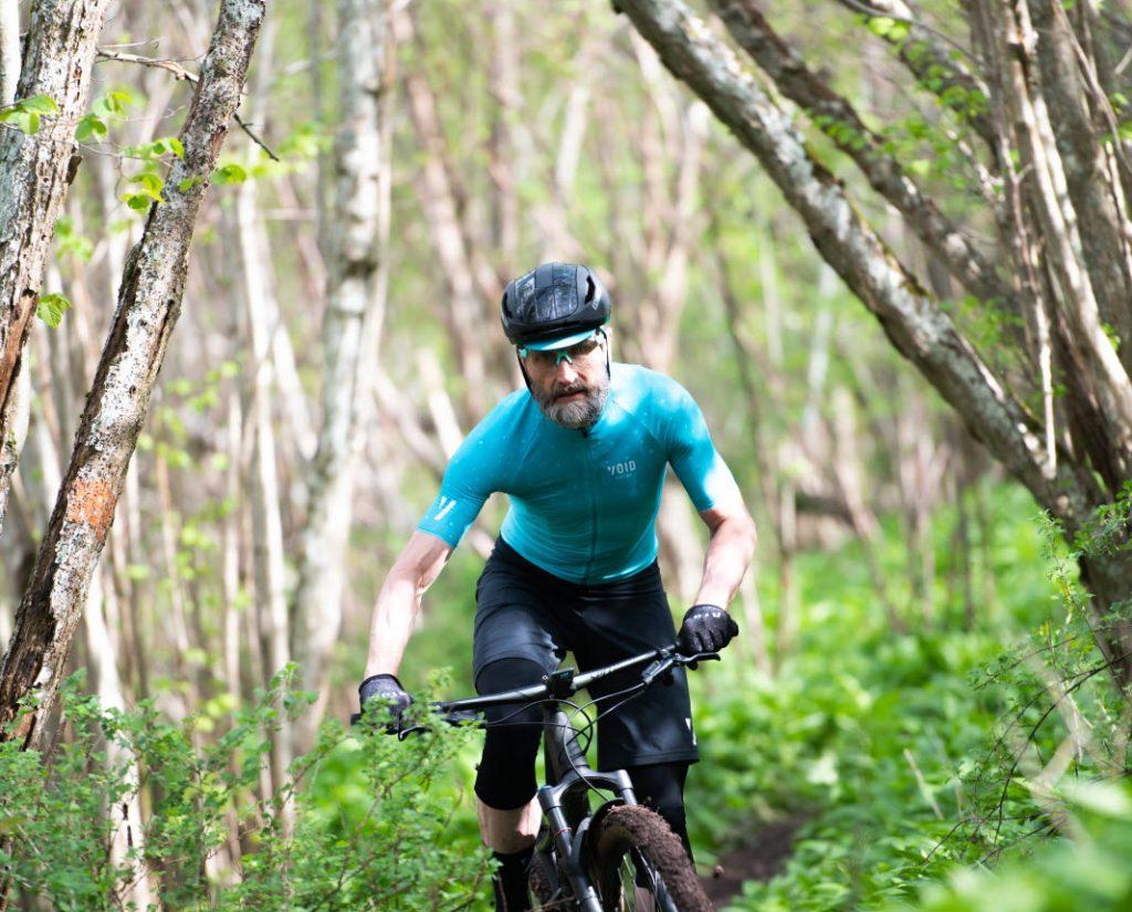 Mtb cykling i skogen i stenungsund